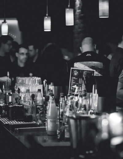 1900_Glossy_alkohol-bar-barmann-274192